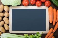 Pizarra en blanco con las verduras frescas Foto de archivo libre de regalías