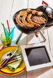 Pizarra en blanco del menú en una comida campestre del verano Imágenes de archivo libres de regalías