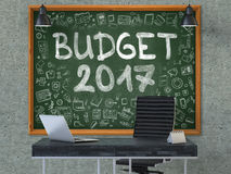Pizarra en la pared de la oficina con el concepto 2017 del presupuesto 3d Fotos de archivo