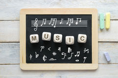 Pizarra en una sala de clase de la música con algunos símbolos de la notación Fotografía de archivo
