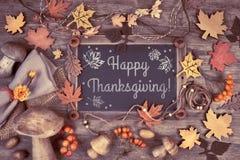 Pizarra enmarcada con las decoraciones del otoño en la madera, texto Fotografía de archivo libre de regalías
