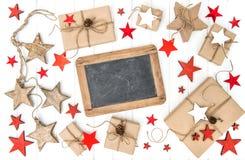 Pizarra envuelta de la decoración de la Navidad de los regalos Imagen de archivo libre de regalías