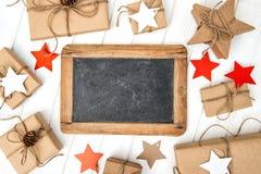 Pizarra envuelta en papel de la decoración de la Navidad de los regalos del arte Foto de archivo libre de regalías
