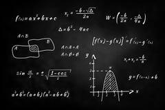 Pizarra, escritura de la mano y solucionar los problemas de matemáticas Imagenes de archivo