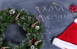 Pizarra negra borrada con la guirnalda y otros artículos de Navidad más te Fotos de archivo libres de regalías