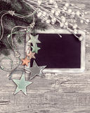 Pizarra negra con las decoraciones del invierno, espacio del texto Imagen de archivo libre de regalías
