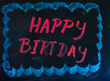 Pizarra negra del feliz cumpleaños con el marco azul claro dibujado mano para coger la atracción Fotografía de archivo libre de regalías