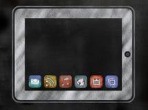 Pizarra o pizarra con la tableta y los iconos del app Fotografía de archivo