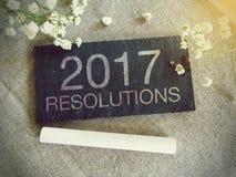 Pizarra para su texto y flores con palabras 2017 resoluciones Foto de archivo