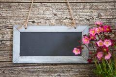 Pizarra rectangular en blanco en la pared de madera rústica Imagen de archivo