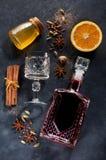Pizarra reflexionada sobre de los ingredientes del vino Fotos de archivo