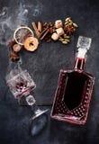 Pizarra reflexionada sobre de los ingredientes del vino Fotos de archivo libres de regalías