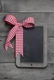Pizarra vieja - vacie la pizarra negra para una tarjeta de felicitación o a un tablero de madera para hacer publicidad Foto de archivo