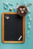 Pizarra y decoración de pascua Foto de archivo libre de regalías