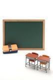 Pizarra y escritorio miniatura de la escuela en el fondo blanco Fotografía de archivo