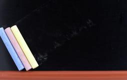 Pizarra y tizas en blanco foto de archivo libre de regalías
