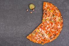 Pizza árabe con el pollo y las setas Imagen de archivo