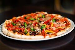 Pizza är på en platta fotografering för bildbyråer