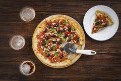 Pizza öl, på en trätabell, bar, pizzeria, sportstång, bästa sikt som är hemlagad, pizza, mjöl, mozzarella, kavel arkivbild