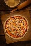 Pizza - aún vida rústica en la tabla de madera del vintage Imágenes de archivo libres de regalías