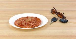 Pizza accanto alle chiavi ed agli occhiali da sole dell'automobile Immagini Stock