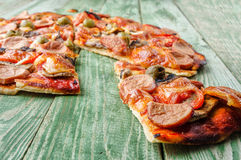 Pizza affettata con i funghi sulla vecchia tavola rustica Fotografie Stock