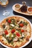 Pizza al forno di paesana con un bicchiere di vino Immagini Stock Libere da Diritti