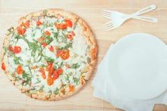 Pizza al forno fresca della rucola su fondo di legno Immagini Stock