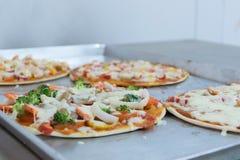 Pizza antes de cocer, carne, jamón, queso Imagenes de archivo