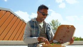 Pizza antropófaga india y cerveza de consumición al aire libre metrajes