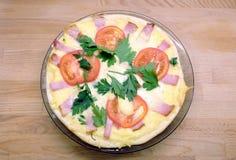 Pizza apetitosa com tomates, bacon e queijo na placa redonda na opinião superior do fundo de madeira Imagens de Stock Royalty Free