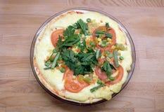 Pizza apetitosa com tomates, milho e as ervilhas verdes na placa redonda na opinião superior do fundo de madeira Imagens de Stock Royalty Free