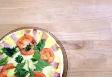 Pizza apetitosa com tomates, milho e as ervilhas verdes na placa redonda na opinião superior do fundo de madeira Foto de Stock Royalty Free