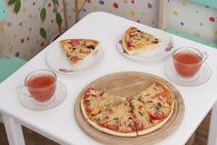 Pizza apetitosa na tabela imagens de stock