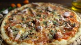 Pizza apetitosa servida en la tabla metrajes