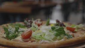 Pizza appétissante dans le restaurant banque de vidéos