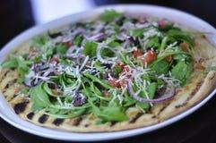 Pizza asada a la parrilla conjunto del Arugula Imagen de archivo libre de regalías