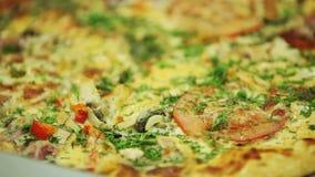 Pizza asperjada con las especias italianas metrajes