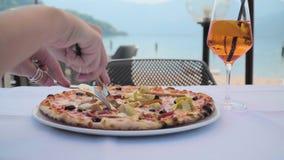 Pizza auf dem Tisch im Café stock footage