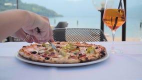 Pizza auf dem Tisch im Café stock video