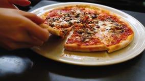 Pizza auf der Platte stock video