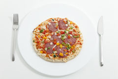 Pizza auf der Platte, gedient, essfertig Stockfoto