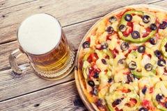 Pizza auf der Tabelle Stockfotos