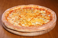Pizza auf der Tabelle Stockfoto