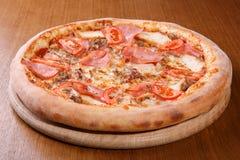 Pizza auf der Tabelle Lizenzfreies Stockbild