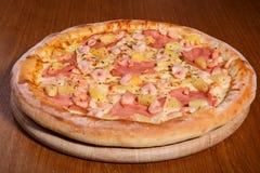 Pizza auf der Tabelle Stockbild