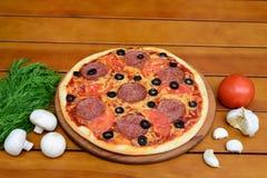 Pizza auf einem Holztisch Lizenzfreies Stockfoto
