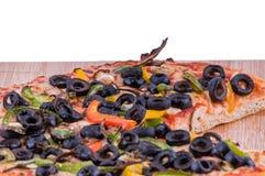 Pizza auf einer Nahaufnahme des hackenden Brettes Stockfotos