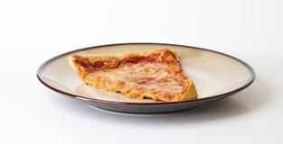 Pizza auf einer Platte Lizenzfreies Stockbild