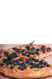 Pizza auf einer Vertikale des hackenden Brettes Stockfoto